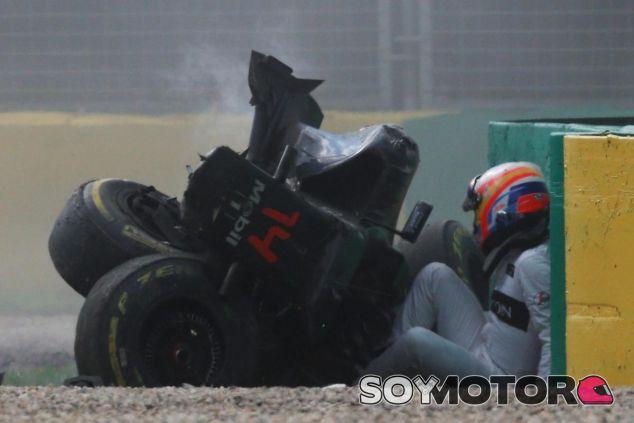 Alonso salió prácticamente ileso de un aparatoso accidente en Australia - LaF1