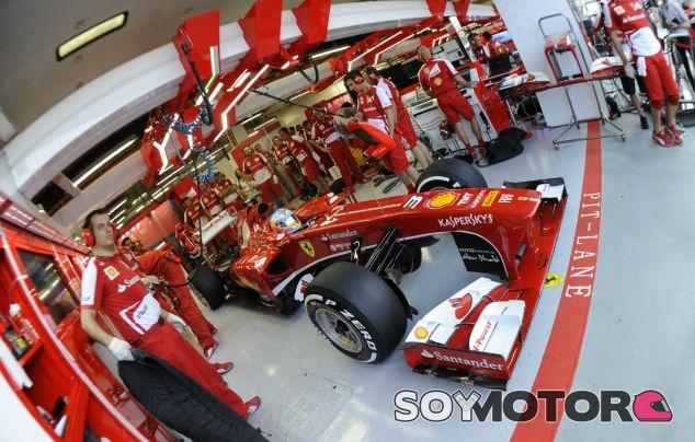 Fernando Alonso en el box de Ferrari en Marina Bay - LaF1