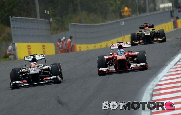 Fernando Alonso lucha con el Sauber de Nico Hülkenberg durante la carrera - LaF1