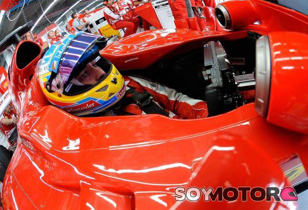 Fernando Alonso, concentrado en el interior de su F138 - LaF1