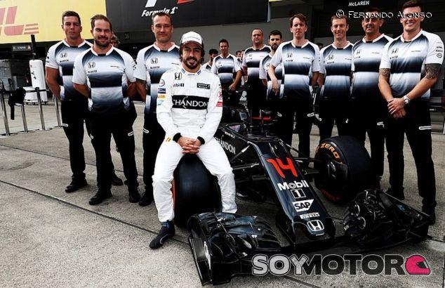 Fernando Alonso junto a su equipo de mecánicos en Suzuka - LaF1