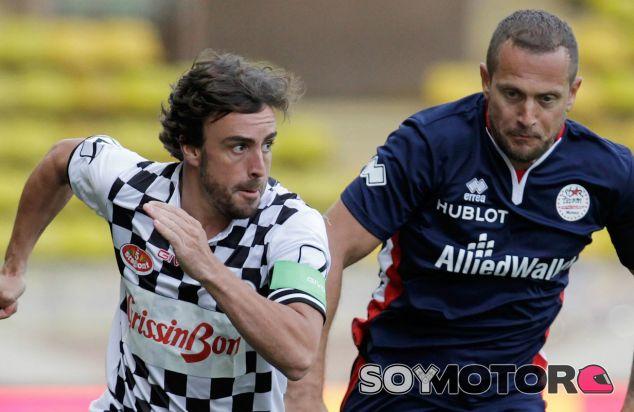 Fernando Alonso en el partido de las estrellas en Mónaco - LaF1