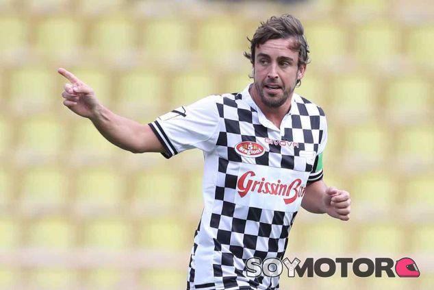 Fernando Alonso en un partido de fútbol benéfico - LaF1