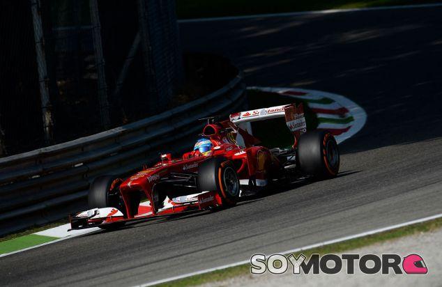 Fernando Alonso traza Lesmo 1 a los mandos de su Ferrari - LaF1