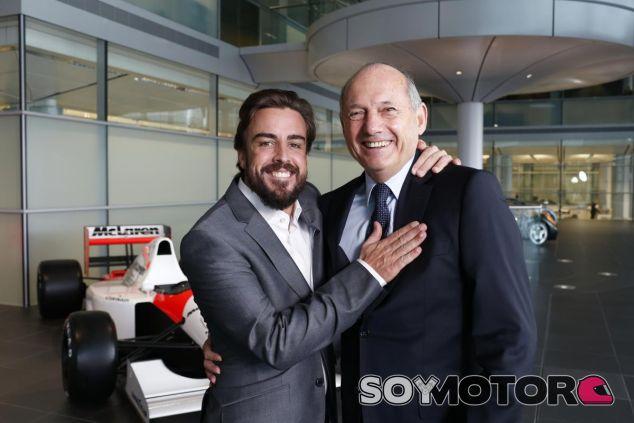 Ron Dennis confía en que Alonso cumpla su contrato - LaF1