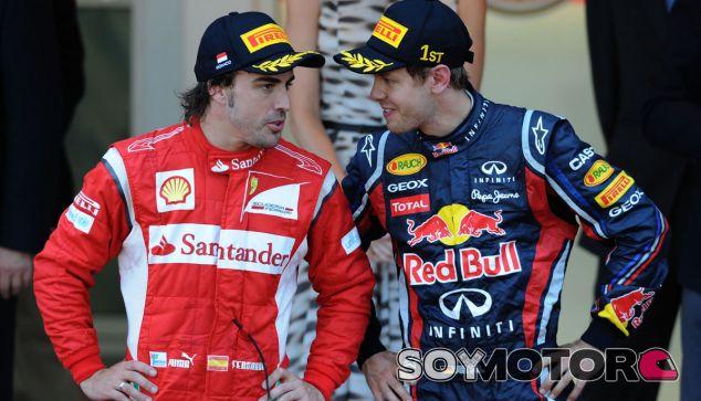 Fernando Alonso charlando con Vettel - LaF1.es