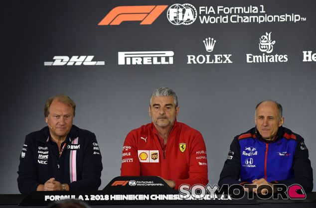 Robert Fernley, Maurizio Arrivabene y Franz Tost en Shanghái - SoyMotor.com