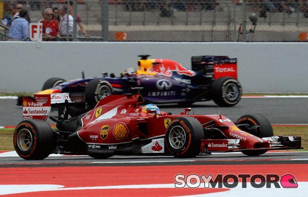 Fernando Alonso en el Gran Premio de España, justo antes de ser adelantado por Sebastian Vettel - LaF1