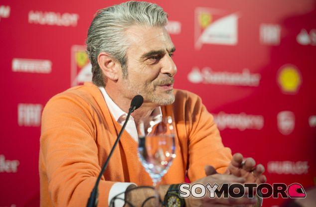 Maurizio Arrivabene en una rueda de prensa con Ferrari - LaF1.es