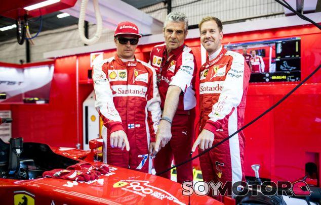 Räikkönen, Arrivabene y Vettel señalan el logotipo conmemorativo del 900º GP de Ferrari - Laf1