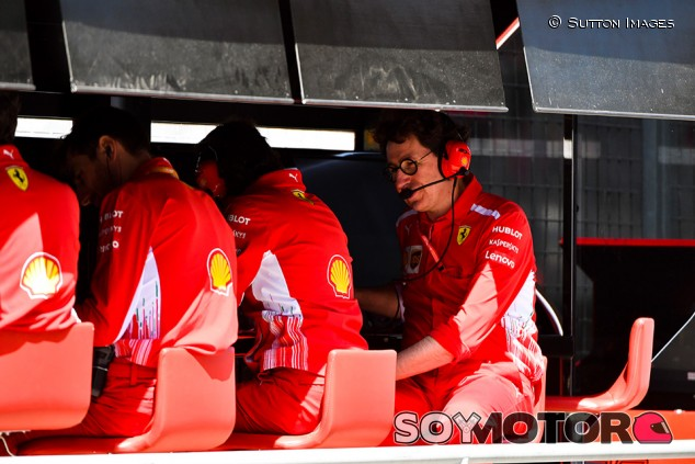 Ferrari admite que se le olvidó avisar a Leclerc de la sanción de Vettel - SoyMotor.com