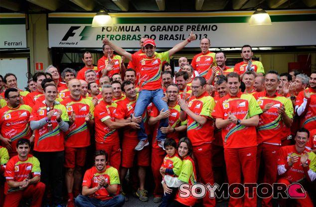 Felipe Massa, arropado por la familia Ferrari - LaF1
