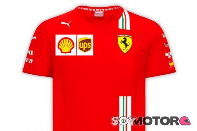 ¿Fans de Sainz? ¡Ya disponible su nueva camiseta de Ferrari! - SoyMotor.com