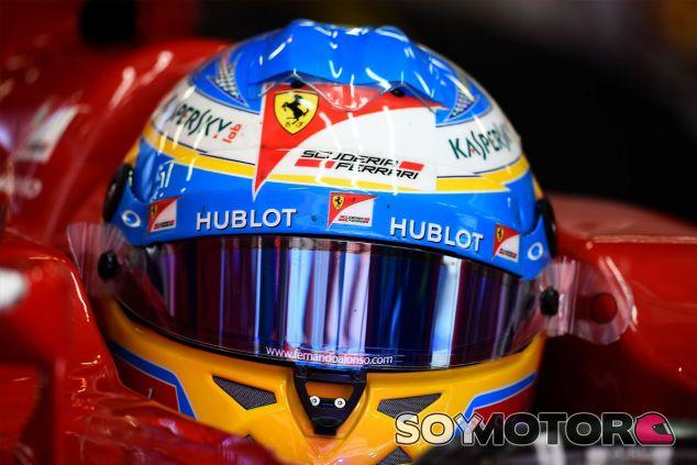Fernando Alonso en el interior de su F14 T - LaF1