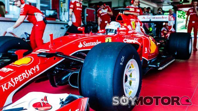 Sebastian Vettel con los neumáticos de 2017 - LaF1