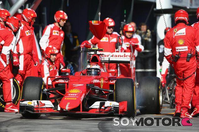 Kimi Raikkonen saliendo de una parada en boxes Albert Park - LaF1