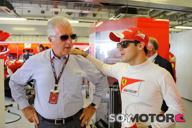 Piero Ferrari y Felipe Massa en el box de Abu Dabi - LaF1