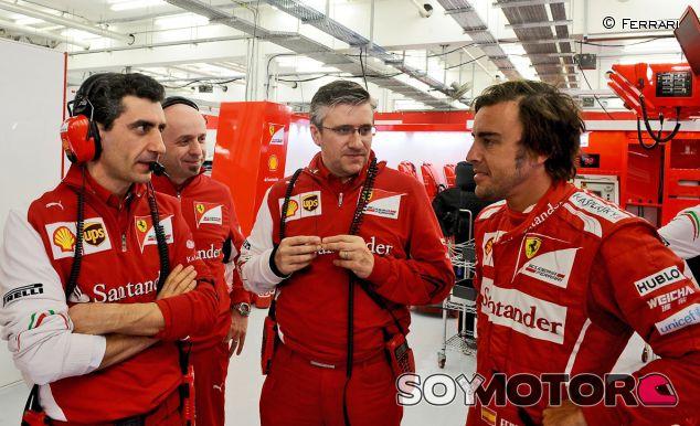 Fernando Alonso conversa en el box con Andrea Stella, Simone Resta y Pat Fry - LaF1