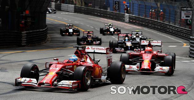 Fernando Alonso, seguido de Kimi Räikkönen en la primera parte de la carrera - LaF1