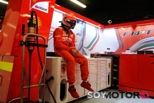 Kimi Räikkönen, pensativo en el box de la Scuderia - LaF1