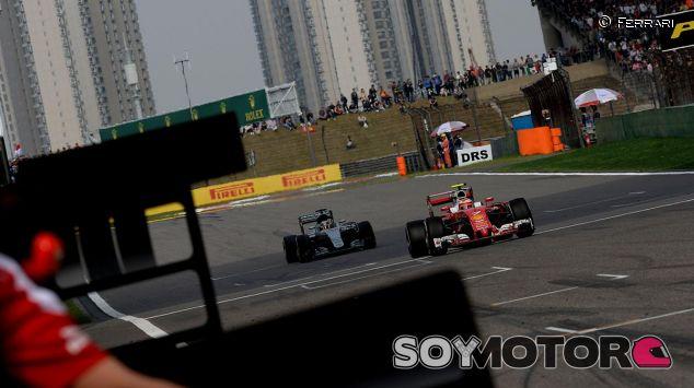 Kimi Räikkönen en la recta principal de Shanghái - laF1