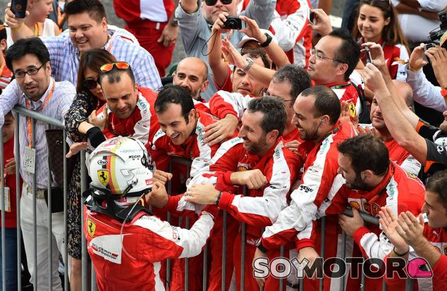 Mecánicos de Ferrari en el parc fermé de Singapur - LaF1