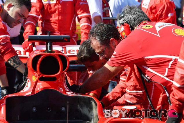 Mecánicos trabajan en el SF70-H de Sebastian Vettel en Suzuka - SoyMotor.com