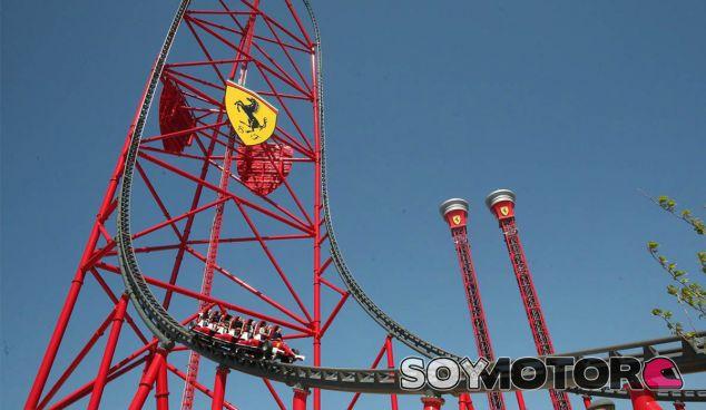 Los trabajadores quedaron bloqueados a la altura del escudo de Ferrari de la atracción - SoyMotor