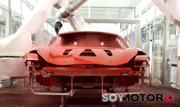 Ferrari no sólo es referencia a nivel de motores, sino también en el proceso de pintado de sus coches - SoyMotor