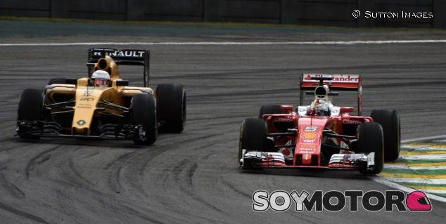 Sebastian Vettel (der.) junto a Kevin Magnussen (izq.) - SoyMotor.com