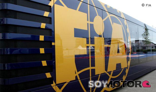 Camión de la FIA en el paddock de la F1 - LaF1