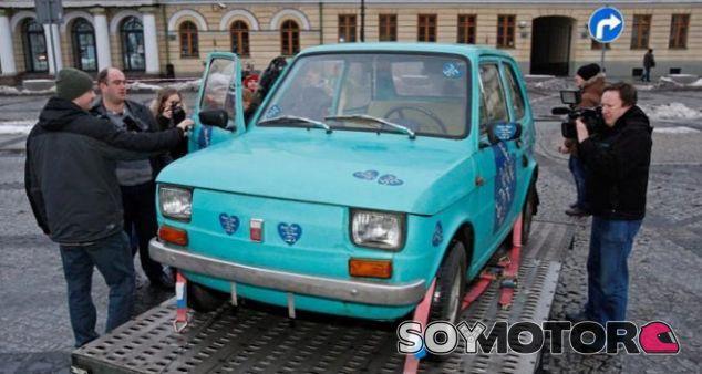 Un Fiat 126 de la época comunista: regalo de Polonia para Tom Hanks - SoyMotor.com