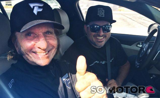 Emerson Fittipaldi posa en el Kia Stinger tras una buena sesión de drift - SoyMotor