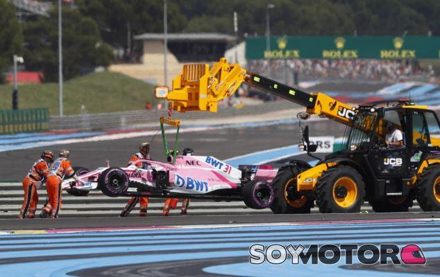 La grúa retira el Force India de Esteban Ocon en Paul Ricard - SoyMotor.com