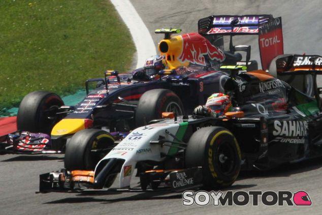 Sergio Pérez luchando con Daniel Ricciardo en el GP de Austria - LaF1