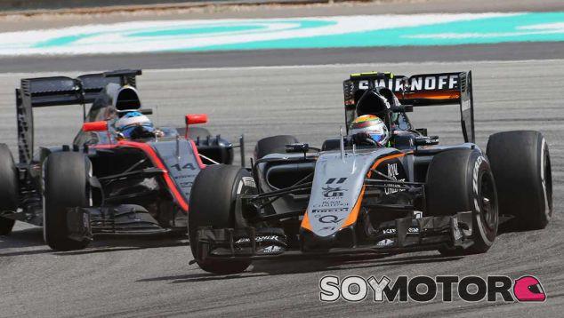Sergio Pérez en Malasia, delante de Fernando Alonso - LaF1