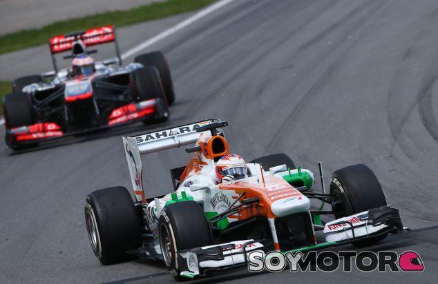 Jenson Button persiguiendo al Force India de Paul di Resta