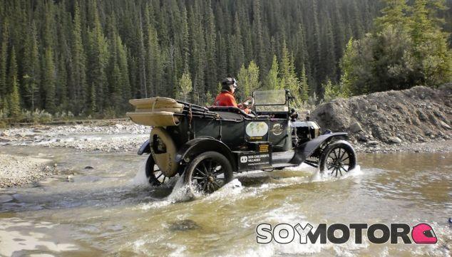 El Ford T de esta matrimonio holandés surcando un paso de agua - SoyMotor