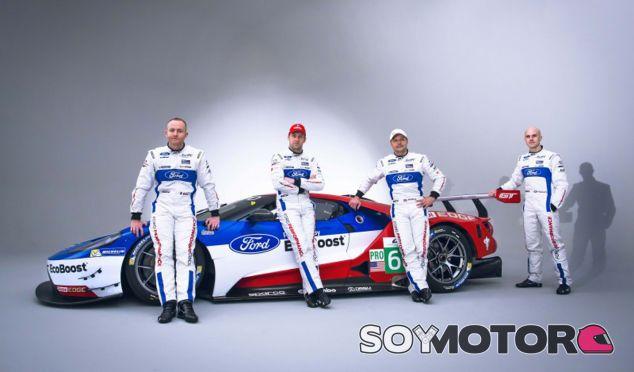 Los cuatro pilotos de la marca posan con el Ford GT - SoyMotor