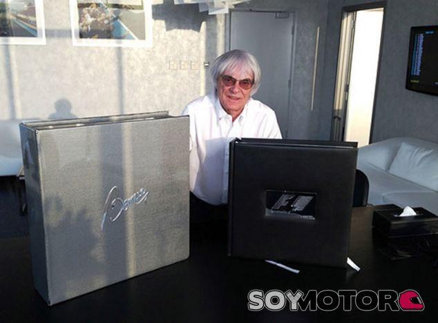 Bernie Ecclestone posa junto al imponente F1 Opus: The Bernie - LaF1