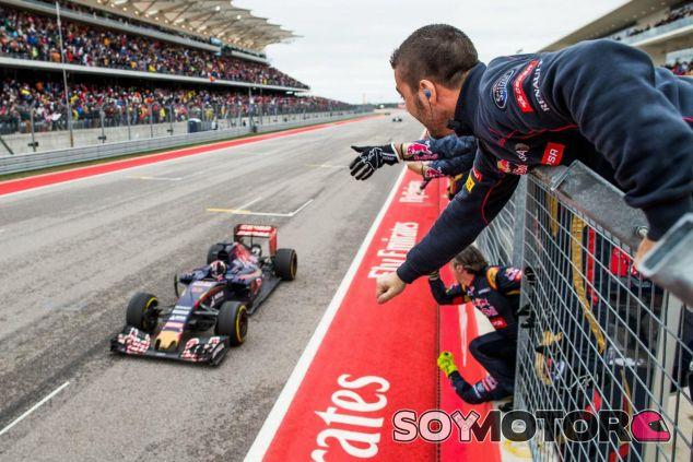 Los mecánicos de Toro Rosso celebran el cuarto puesto de Max Verstappen - LaF1
