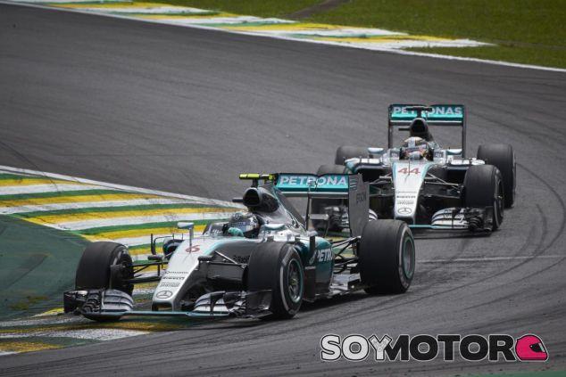 Hamilton no encontró el hueco para adelantar a Rosberg en Brasil - LaF1