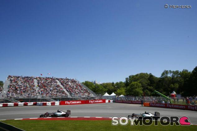 Hamilton rodando por delante de Rosberg en Montreal - LaF1