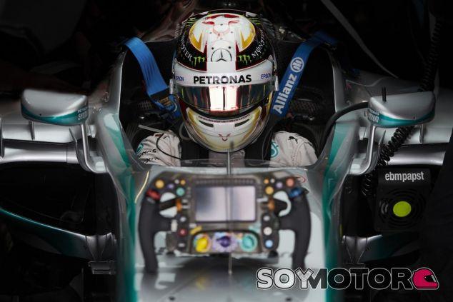 Hamilton defiende que ha ganado sus títulos por su habilidad natural al volante - LaF1