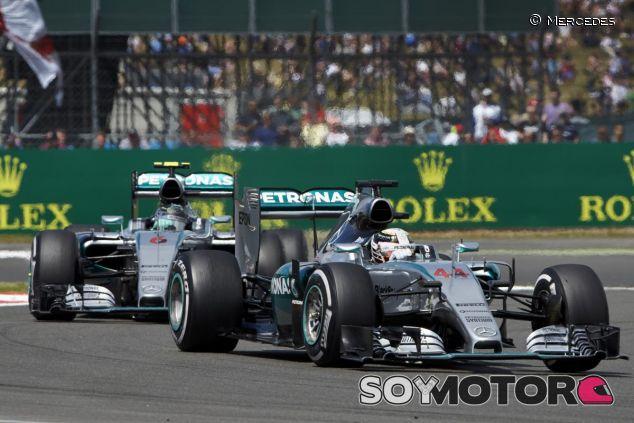 Lewis Hamilton por delante de Nico Rosberg - LaF1.es