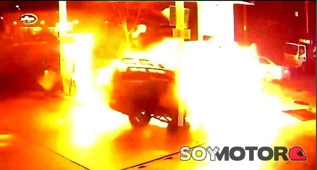 Choca contra una gasolinera y provoca una gran bola de fuego - SoyMotor.com