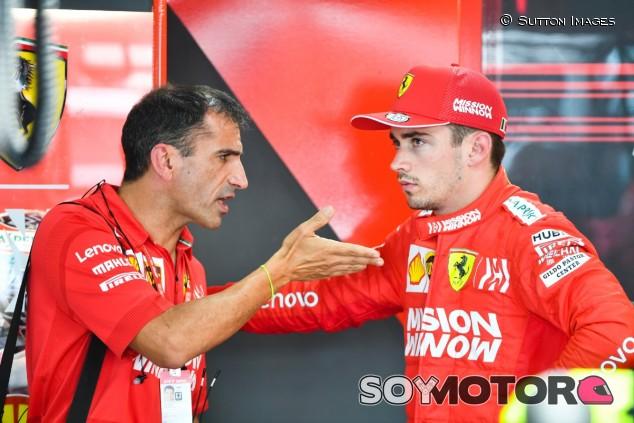 Marc Gené con Charles Leclerc en el box de Ferrari - SoyMotor.com