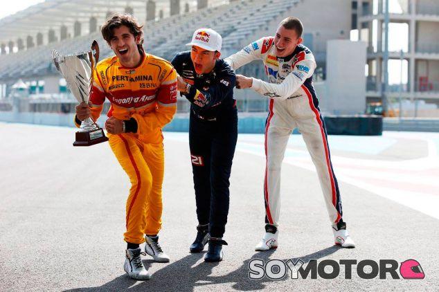 Giovinazzi (izquierda) bromea con Gasly y Marciello en Abu Dabi - SoyMotor