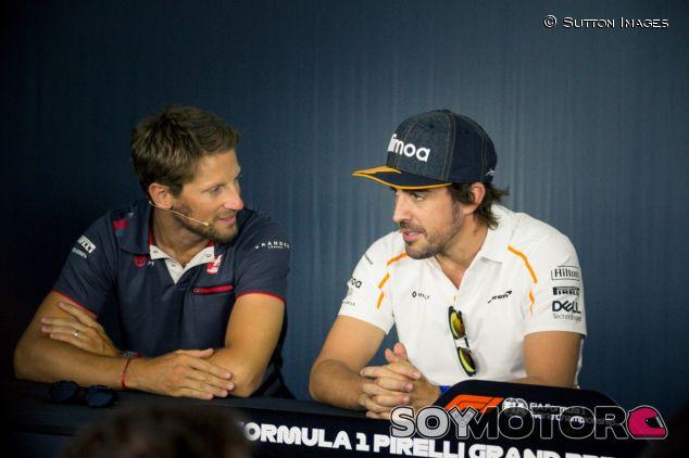Romain Grosjean (izq.) y Fernando Alonso (der.) – SoyMotor.com