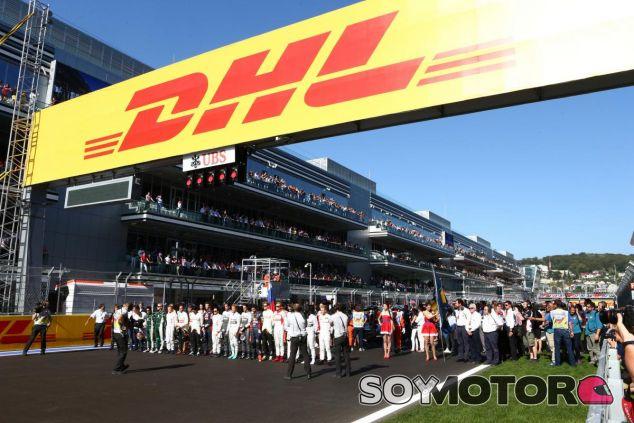 Los pilotos forman para esuchar el himno nacional del país organizador desde que lo hicieron en Rusia - LaF1